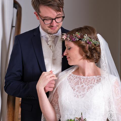 Brautpaar auf Treppe – Hochzeitsfotografie
