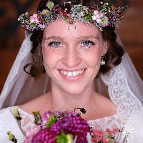 Portrait Braut mit Strauß & Blumenschmuck – Hochzeitsfotografie