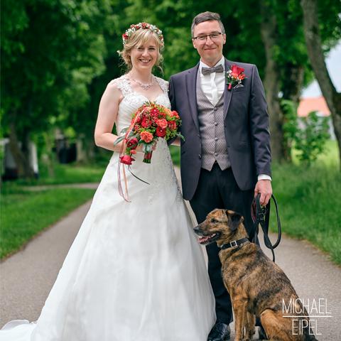 Brautpaar mit Hund – Hochzeitsfotografie