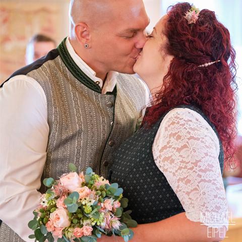 Brautpaar Küssen Standesamt – Hochzeitsfotografie