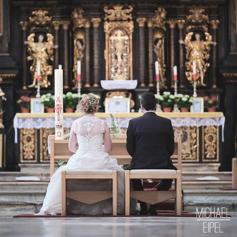Brautpaar am Traualtar – Hochzeitsfotografie