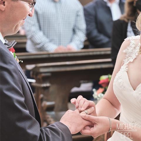 Brautpaar Ringe tauschen – Hochzeitsfotografie
