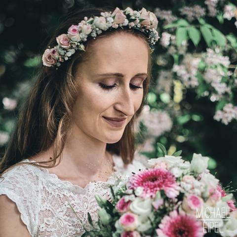 Braut mit Strauß & Blumen im Haar – Hochzeitsfotografie
