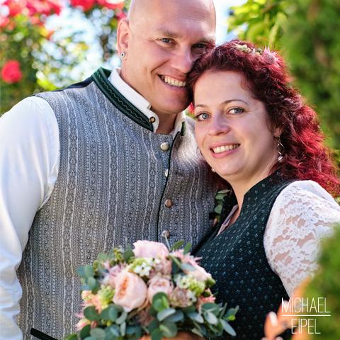 Brautpaar im Garten – Hochzeitsfotografie