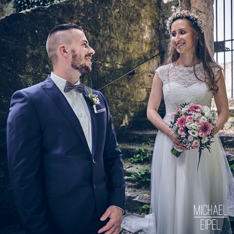 Brautpaar auf Steintreppe – Hochzeitsfotografie