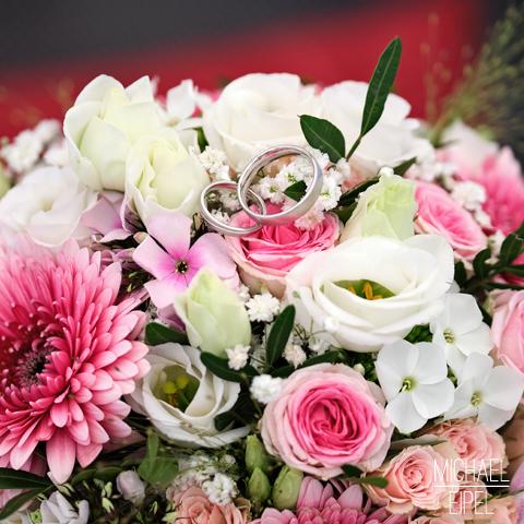 Ringe auf Brautstrauß – Hochzeitsfotografie