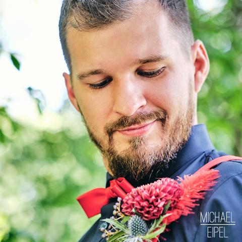 Bräutigam mit Blumenanstecker – Hochzeitsfotografie