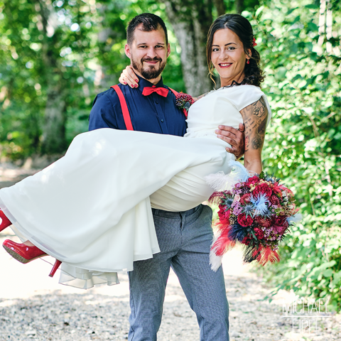 Bräutigam trägt Braut auf Händen – Hochzeitsfotografie