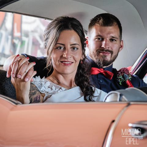 Brautpaar im Hochzeitsauto – Hochzeitsfotografie