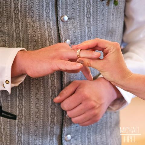 Ring anstecken – Hochzeitsfotografie