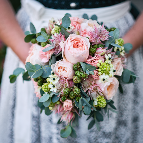 Brautstrauß mit Karte – Hochzeitsfotografie