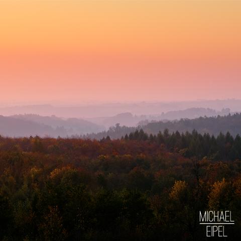 Sonnenaufgang über Herbstwald – Landschaftsfotografie