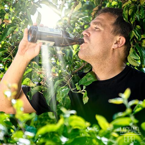 Bier im Baum bei Sonnenschein – Portrait