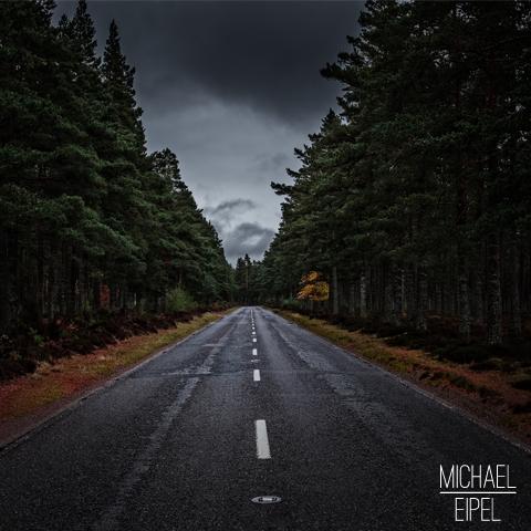 Straße durch den Wald in den Highlands – Schottland