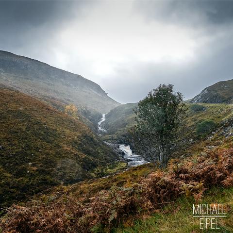 Fluss durch die regnerischen Highlands – Schottland