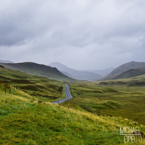 Straße durch die Highlands – Schottland
