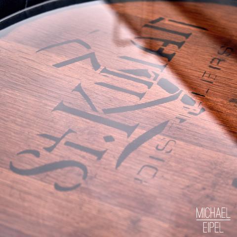 Whiskyfass mit Wasserspiegelung St. Kilian Destillerie – Stilllife